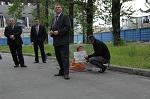 Девушка и амбалы: участницу одиночного пикета против использования животных в цирках трое охранников цирка в течение получаса закрывали своими телами от глаз прохожих