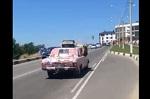 Ради пиар-акции циркачи в Анапе протащили медвежонка на капоте едущей на скорости машине